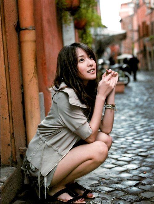 座りながら上を見つめる戸田恵梨香さん