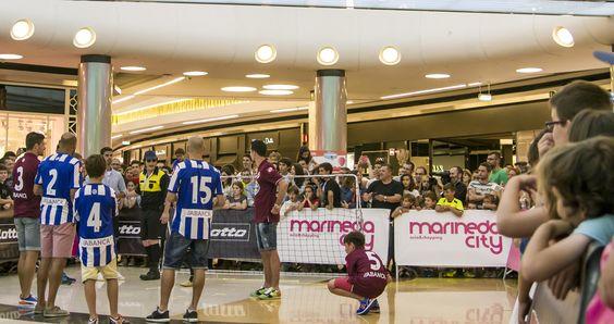 Los jugadores llegaron al centro vestidos de calle y descubrieron las nuevas camisetas ante la atenta mirada del público #Dépor #Deportivo #OsNosos