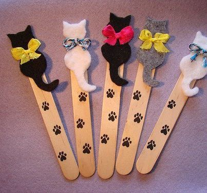 Cute mini-cat bookmarks (foreign language instruction - picture only) - make a paper pattern first.  Glue felt cut-outs onto craft stick dotted with paw prints.  Tie with twine or mini-ribbon.  Easy to convert to doggie pattern.  Omit bows and add felt dog collar.  Cute idea.: