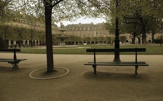 Os calmos jardins da Place des Vosges hoje são perfeitos para passear, mas já foram palco de duelos de espada e torneios de cavaleiros