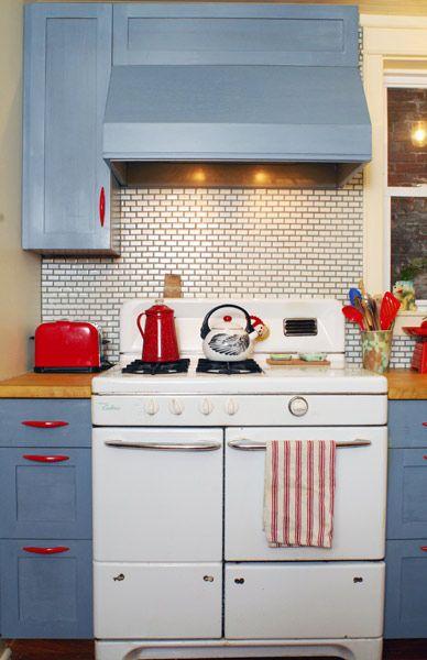 red, white and blue kitchen: Red Kitchen, Vintage Stoves, Red White Blue, Kitchen Ideas, Retro Kitchens
