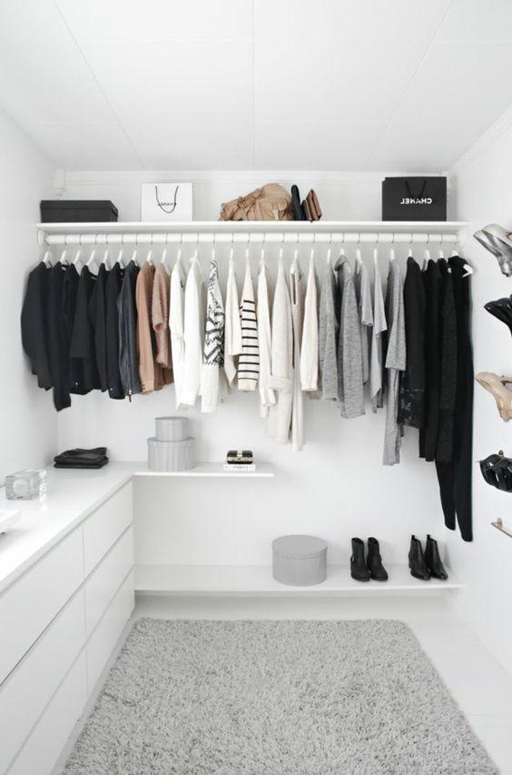 tolles Ankleidezimmer mit weißem begehbarem Kleiderschrank