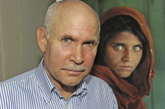 Steve McCurry, el escándalo de una leyenda de la fotografía | Cultura | EL MUNDO - Steve McCurry, junto a su fotografía más célebre, 'La niña afgana'.GINO BEGOTTI