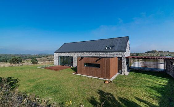 House in the Landscape, Poland / Kropka Studio Aplacat amb gavions