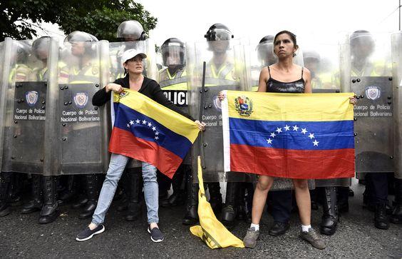Le Venezuela semblait dimanche au bord de l'explosion après le rejet par le gouvernement du référendum exigé par l'opposition pour révoquer le président Nicolas Maduro, qui avait déjà menacé de saisir des usines, d'emprisonner les patrons rétifs et d'organiser des exercices militaires.