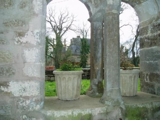 Vignes (89) Bourgogne. Eglise St Pierre : vue du porche sur le château