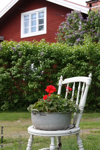 nordingården red and white spray head boards, use red and white melamine pots