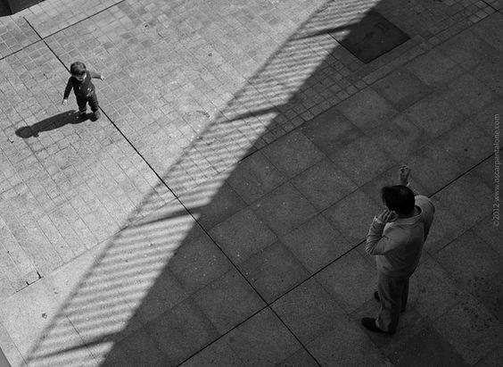 dall'alto certe cose si vedono meglio, a volte infatti basta cambiare il punto di vista per poter dare un senso a ciò che ci circonda, ma ci vuole anche un po' di fortuna per vedere un'ombra che divide due mondi..così ieri mi si è presentata questa scena dall'alto di Plaza de la Encarnacion di Siviglia