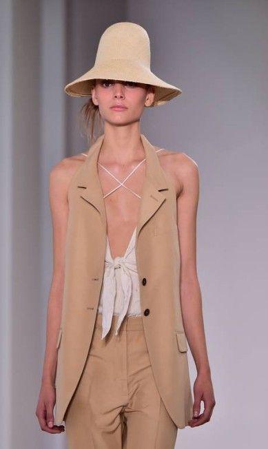O diretor-criativo da Jil Sander, Rodolfo Paglialunga, traduziu o minimalismo da marca em silhuetas secas e leves GIUSEPPE CACACE / AFP