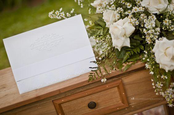 O envelope ganhou charme e requinte com o monograma em relevo seco.