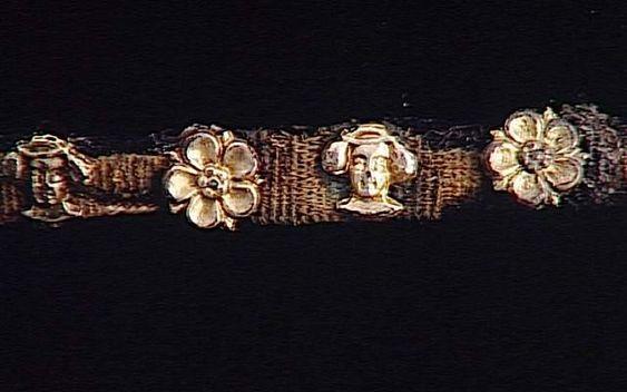 Ceinture (3 fragments) décorée de têtes féminines et de rosettes, provenant du Trésor de Colmar. Looks like fragment of decorated girdle.