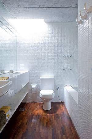 Banheira em banheiro pequeno