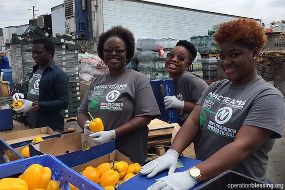 United States – Volunteers package fresh produce for hungry families in California. Would you join us in praying for children in the United States and around the world who are going to bed hungry tonight?