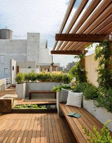 Un air de campagne à la ville avec ce toit-terrasse bois et plantes