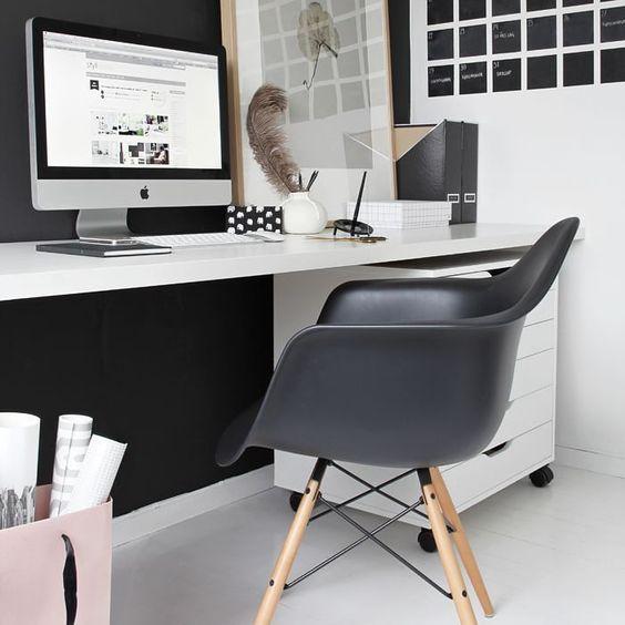 #Eames…enlaoficina  La puedes usar en tu oficina, donde puedes mezclar varios modelos, la que tiene reposabrazos para ti y dos sin reposabrazos para las visitas, también la puedes colocar en el escritorio de tu salón quedará muy bien integrada  #ReplicaEames #Eames #EamesChairs #mueblesdediseño