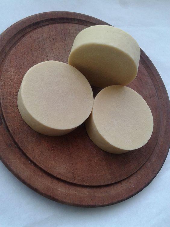 Jabón Manzanilla Miel es antiséptico, anti-inflamatorio, cicatrizante, calmante. El jabón tiene una aroma muy suave y delicado. También es indicado para personas con problemas de alergia. Por su suave aroma, es ideal para largas y relajantes sesiones de baño ya que es muy relajante y tranquilizante