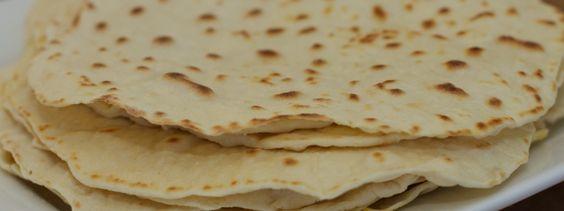 Zelfgemaakte Tortilla wraps: 250gr (spelt)bloem (250gr kant-en-klaar zelfrijzend bakmeel) 8gr bakpoeder (niet nodig als je kant-en-klaar bakmeel gebruikt) 150gr lauw water 50gr roomboter (op kamertemperatuur) 1 snufje zout