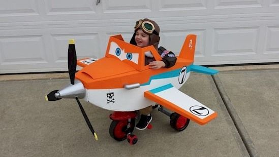 """Dusty Crophopper aus dem Disney Film """"Planes"""". Ist das nicht ein süßes Kostüm? Und das Beste: Um dieses Flugzeug für deinen kleinen Sohn zu basteln, muss man nicht mal ein Ingenieur sein. Es ist relativ leicht.   unfassbar.es"""
