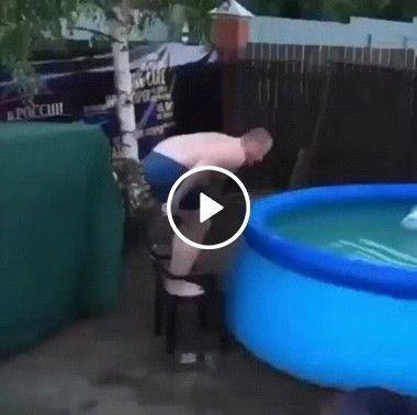 Gordinho quase consegue pular na piscina.