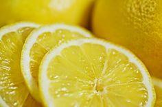 BIO BELLEZZA:  maschera effetto lifting totalmente biologica e anche economica. Ecco gli ingredienti necessari: uova, limone. In una ciotola mettiamo l'albume di un uovo, poi si aggiunge il succo di un limone. Il limone è molto ricco di vitamina E ed è astringente e detossinante. Il limone aiuta l'organismo a produrre più collagene.  Si spalma sul viso e collo picchettando con i polpastrelli.