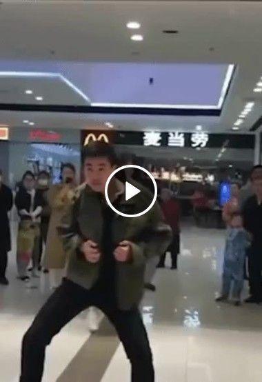 Homem parou o shopping com a sua dança muito bom.