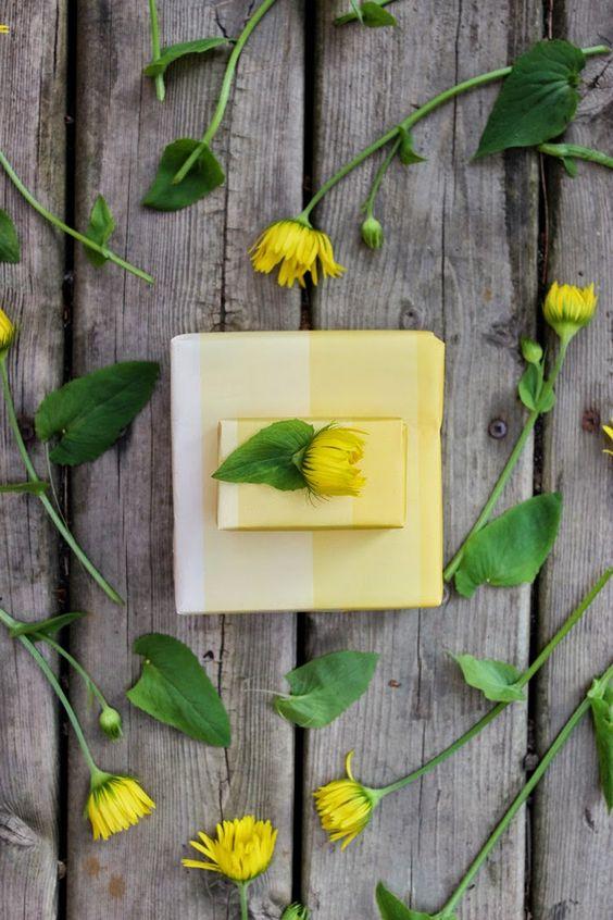 Free Printable + DIY   Ombre Yellow + Daisy Flower Topped Gift Wrap  #LiptonKCups LiptonCanada