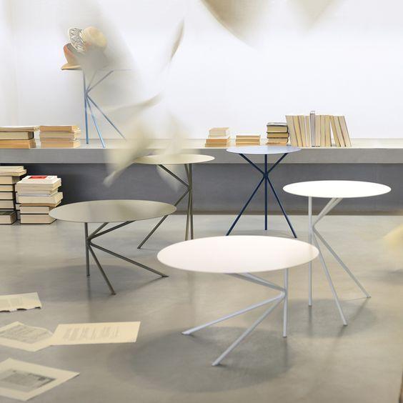 Design minimale per questi tavolini rotondi, a due differenti altezze e con due misure diverse di piano. 15 colori disponibili per Twin.