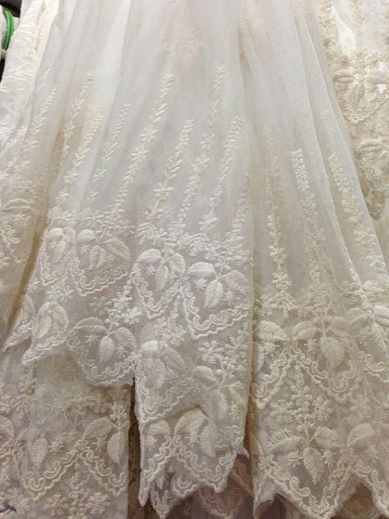Ce tissu est une gracieuse, dentelle de première qualité, modèle très chaud en cet été.  * Floral dentelle brodée : Ivoire en couleur. deux bordures