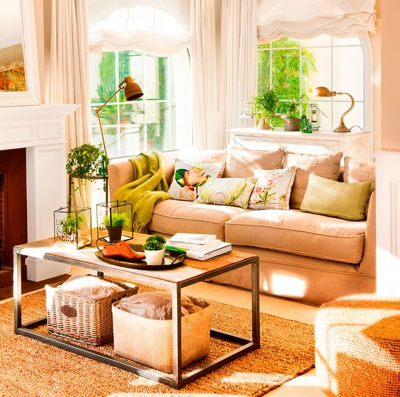 Sal n con sof beige cojines verdes mesa de centro en for Cortinas salon beige