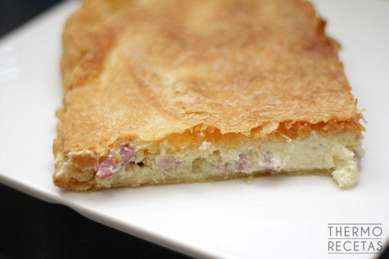Deliciosa y jugosa empanada rellena de bacon y una cremosa salsa carbonara elaborada a base de cebolla, queso y nata. Ideal para tomar fría o caliente.