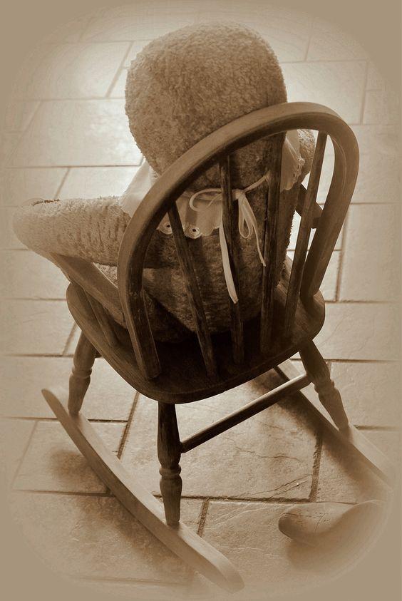 Lovely bear beer in kinderschommelstoel. Ook zonder oortjes zoooo mooi!