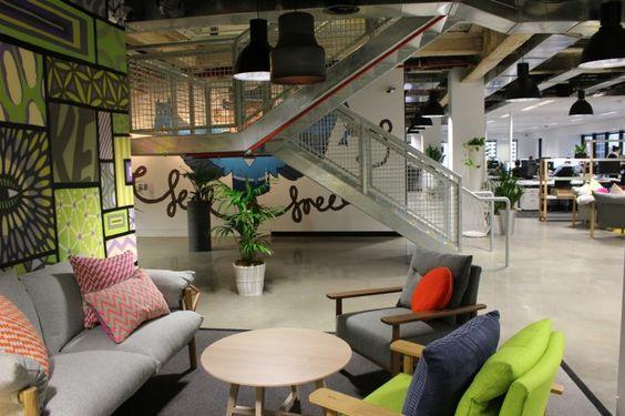 meeting informel dans cette salle de réunion en open space cosy et design
