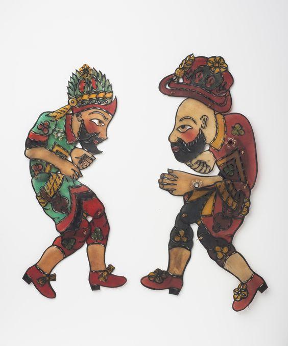 Figuren aus der Türkei, ca. 1950/1960er, Pergament. Die beiden Hauptfiguren Hacivat (links) und Karagöz (rechts) des türkischen Karagöztheaters sind bekannt für ihre gegenseitigen Kappeleien. Copyright: Linden-Museum Stuttgart, Foto: A. Dreyer
