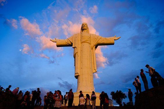 O Cristo de la Concordia é uma estátua colossal de Jesus Cristo, localizado na colina de San Pedro, na cidade de Cochabamba, na Bolívia, a uma altitude de 265 metros acima da cidade