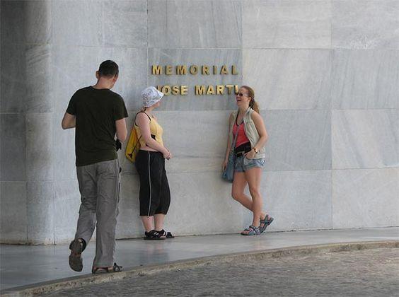 En el centro de la Plaza de la Revolución se encuentra este monumento construido en 1958, que con casi 140 metros de altura es la estructura más alta de La Habana. Al frente del Memorial se haya una impresionante estatua de mármol de José Martí sentado en actitud pensativa.