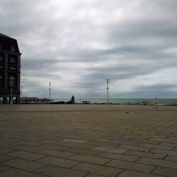 Día nublado de bello mar.