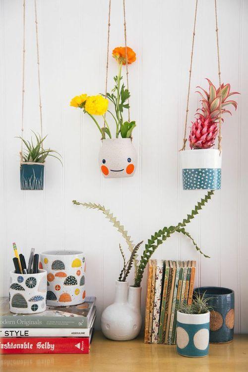 vasos de planta divertidos pendurados no teto por cordinhas: