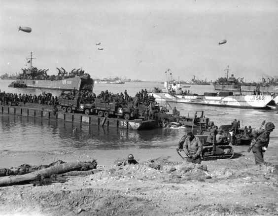 Seabees of the 111th Naval Construction Battalion Unloading a Rhino Ferry on a Normandy Beach June 6, 1944. Seabees de la 111e Naval Construction Battalion Déchargement un Rhino Ferry sur une plage de Normandie 6 Juin, 1944