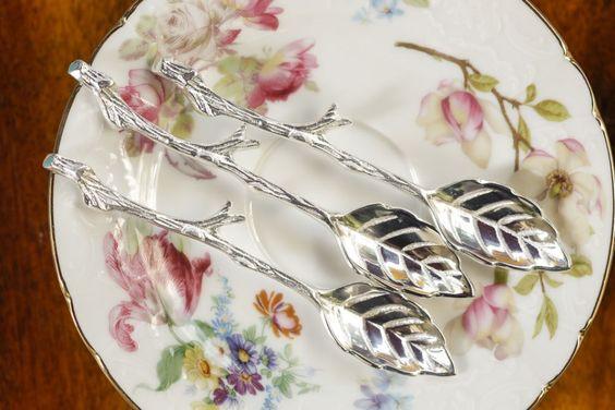 Também em prata, colheres em formato de folha com o cabo simulando um galho reforçaram a ideia de estar em um jardim para um chá da tarde!