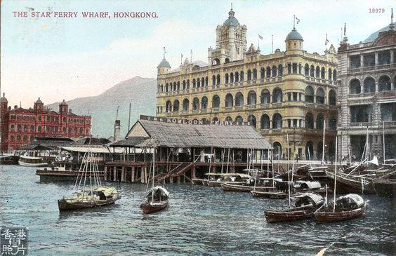 """一八九八年.九龍渡輪公司改稱天星碼頭,惟碼頭仍保留舊稱 """"Kowloon Ferry""""。1898. 上圖是一九一一年第一代天星碼頭外貌。棕色建築是皇后行,即今日文華酒店所在。"""