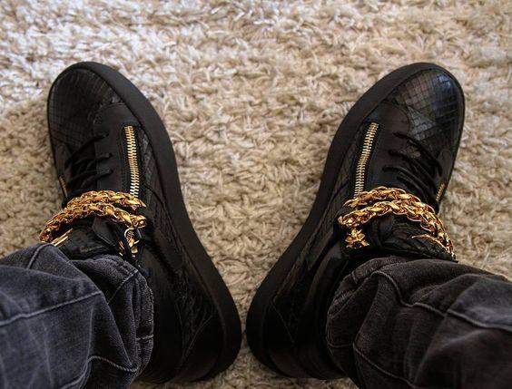 Sieh dir dieses Instagram-Foto von @gusio_g an • Gefällt 22 Mal.                         Giuseppe Zanotti Design Dominique.   Gold chain Sneaker