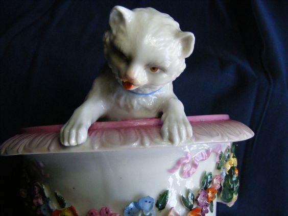 Antike Katzenvase,Höhe 21,5 cm, Durchmesser oben 17cm, unten 13,5cm  Porzelan, sehr sehr selten.. Eine kleine BESCHÄDIGUNG , Privatverkauf:Das Teil wird unter AUSSCHLUSS jeglicher GEWÄHRLEISTUNG,GARANTIE oder RÜCKNAHME verkauft