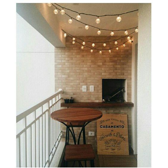 Apaixonada na varanda com lanterna japonesa