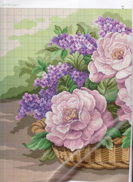 rosas rosas con flores moradas en racimos