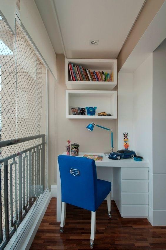 Neste detalhe do quarto idealizado por Bianka Mugnatto (www.biankamugnatto.com.br), o projeto transformou a varanda em um pequeno espaço para estudos: