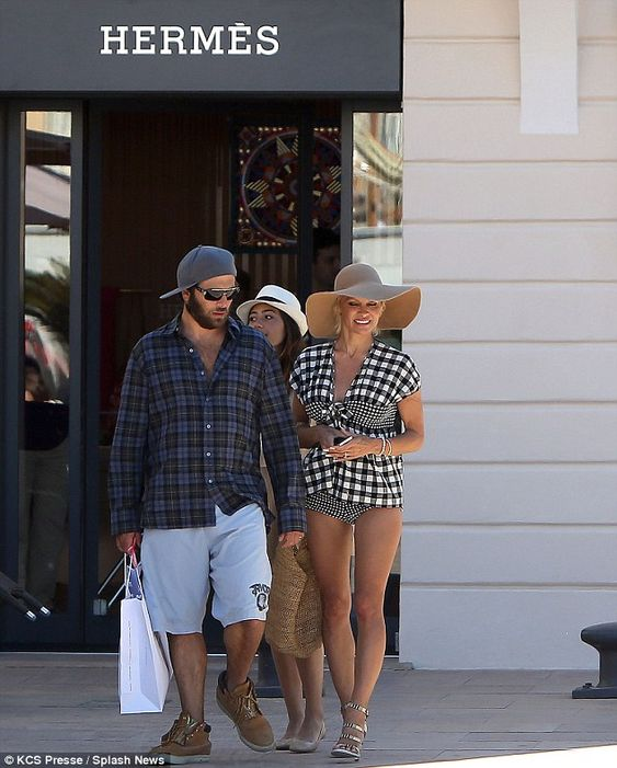 #Pamela #Anderson #blackandwhite #checked #top #bikini #bottoms #wide-brimmed #hat #sandal #stilettos #stillsexy