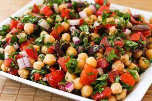 Ingredientes Para a salada: 1/2 kg de feijão branco ou grão-de-bico cozido 1 pimentão vermelho sem sementes cortado em tiras 1 pimentão verde sem sementes cortado em tiras 1/2 xícara de azeitonas p...