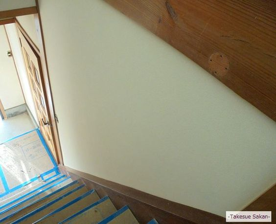 砂壁「砂王」で仕上げた公民館の階段壁です。スッキリとして上品なのがいい。