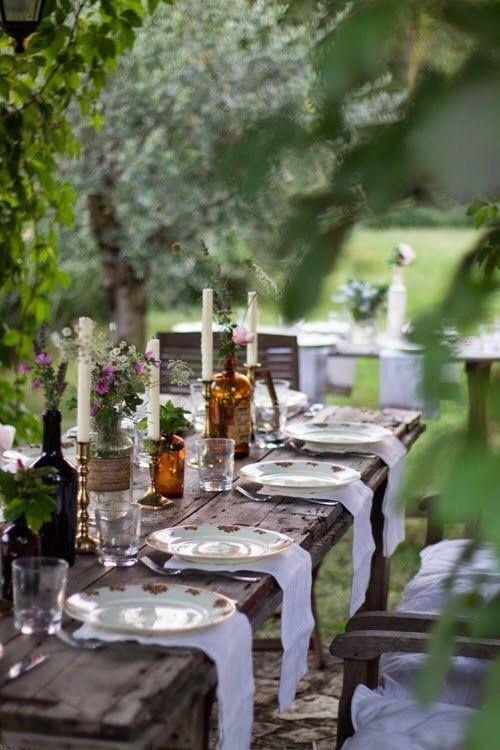 simple tablón de madera , con detalles en tela , botellas de floreros , ramas y flores del lugar