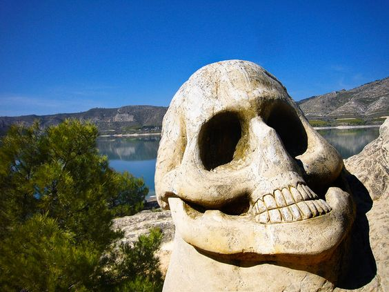 Te propongo una ruta alucinante, sorprendente y cautivadora.  A través de estas fotos quiero mostrarte un mundo fantástico que se encuentra en la provincia de Cuenca, en Buendía.  Se trata de una ruta entre pinares en los que vas a descubrir una serie de caras grabadas en piedra en medio de la naturaleza. Donde menos te lo esperas y donde más te va a sorprender.  La obra es de los artistas Jorge Maldonado y Eulogio Reguillo y desde 1992 han conseguido arrancar de la piedra  unos rostros.